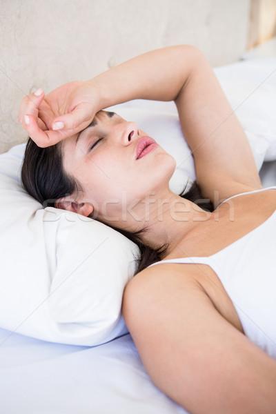 Dość brunetka migrena bed domu kobieta Zdjęcia stock © wavebreak_media