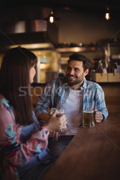 Para piwa Licznik szczęśliwy okulary Zdjęcia stock © wavebreak_media