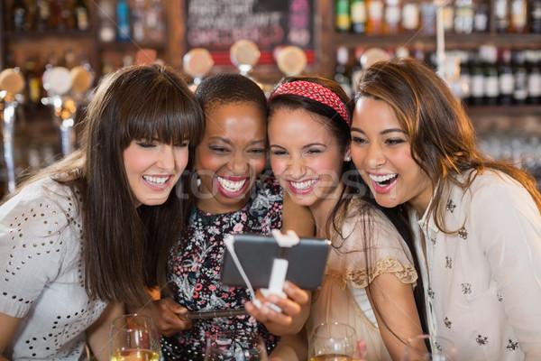 Kadın arkadaşlar birahane Stok fotoğraf © wavebreak_media