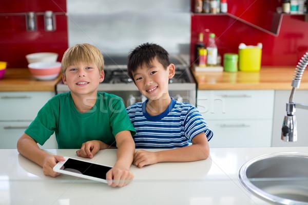 Portré mosolyog testvérek digitális tabletta konyha Stock fotó © wavebreak_media