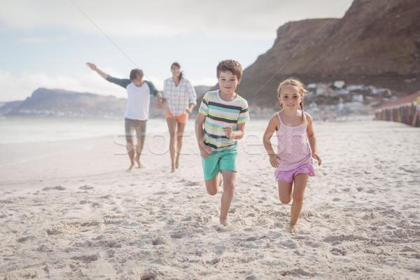 Testvérek fut homok szülők tengerpart család Stock fotó © wavebreak_media