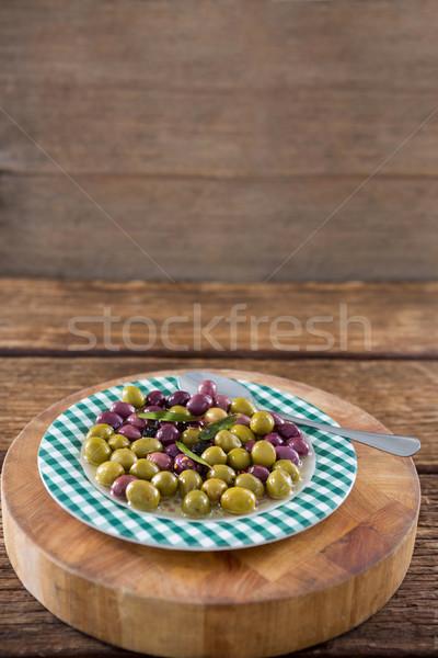 Marinált olajbogyók gyógynövények fa deszka közelkép étel Stock fotó © wavebreak_media