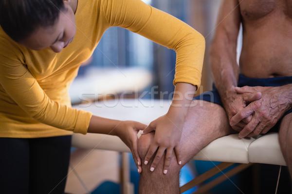 Femenino terapeuta rodilla altos masculina Foto stock © wavebreak_media
