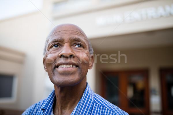 Nadenkend senior man glimlachend verpleeginrichting Stockfoto © wavebreak_media