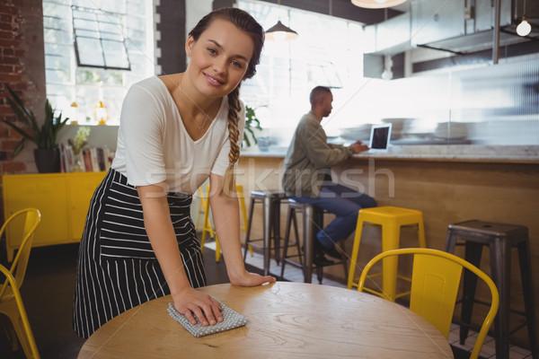 Portré pincérnő takarítás asztal fiatal kávézó Stock fotó © wavebreak_media