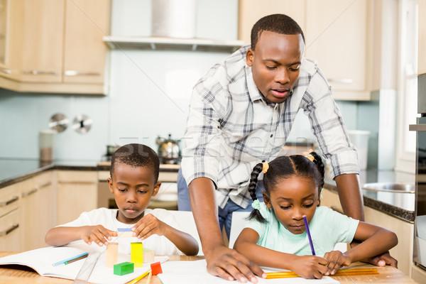 Ojciec pomoc dzieci praca domowa kuchnia dziewczyna Zdjęcia stock © wavebreak_media
