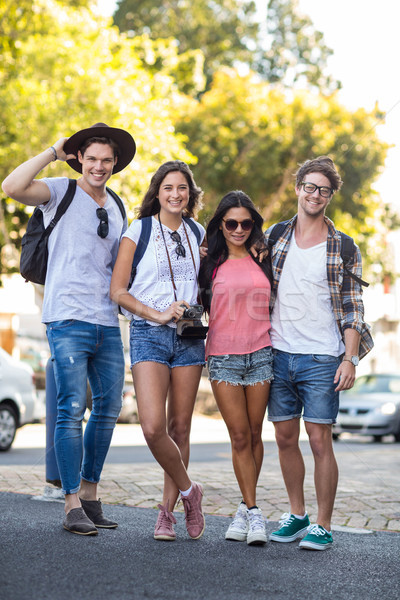 Quadril amigos sorridente câmera rua homem Foto stock © wavebreak_media
