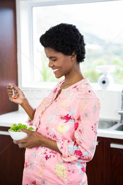 беременная женщина еды Салат кухне женщину счастливым Сток-фото © wavebreak_media