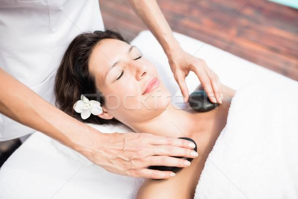 Vrouw hot steen massage masseur spa Stockfoto © wavebreak_media
