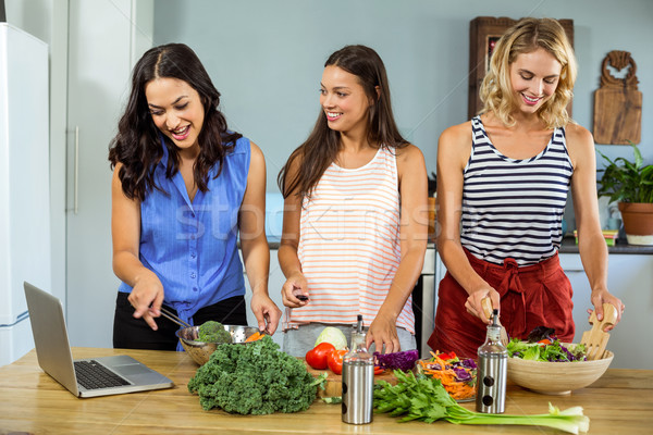 Boldog női barátok ételt készít konyha otthon Stock fotó © wavebreak_media