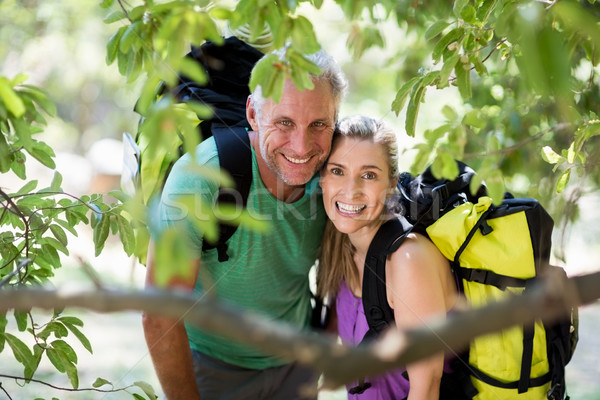 Pareja sonriendo posando ir de excursión madera árbol Foto stock © wavebreak_media