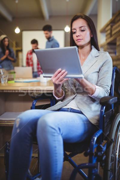 Mozgássérült üzletasszony digitális tabletta kreatív iroda Stock fotó © wavebreak_media