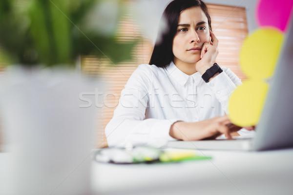 Gericht vrouw werken laptop kantoor jonge vrouw Stockfoto © wavebreak_media