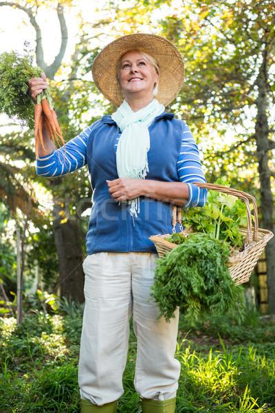 счастливым садовник Постоянный свежие овощи саду молодые Сток-фото © wavebreak_media