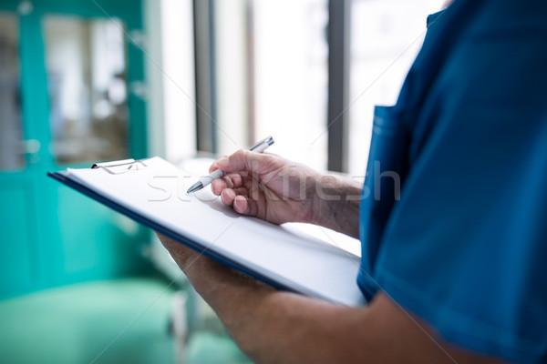 Cirujano escrito portapapeles corredor hospital Foto stock © wavebreak_media