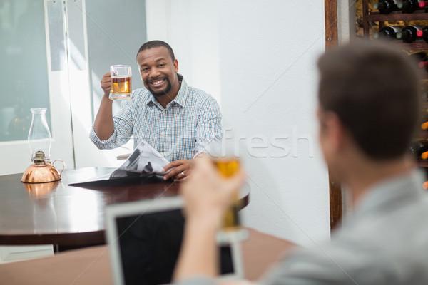 Amigos cerveza gafas restaurante ordenador Foto stock © wavebreak_media
