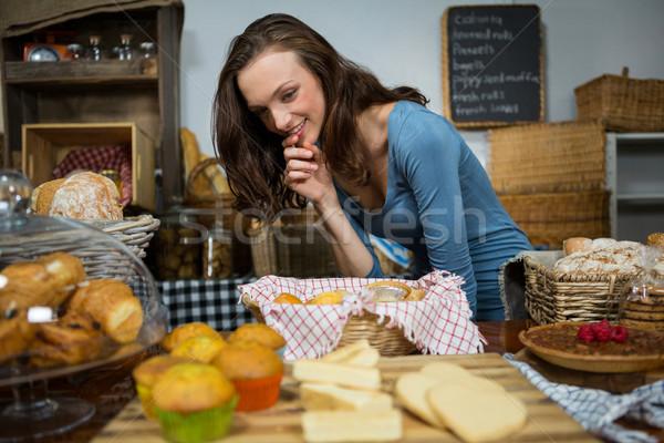 Opgewonden vrouw zoet voedsel bakkerij counter markt Stockfoto © wavebreak_media