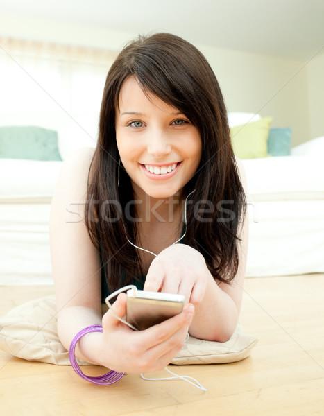 Zachwycony kobieta słuchania muzyki piętrze domu Zdjęcia stock © wavebreak_media
