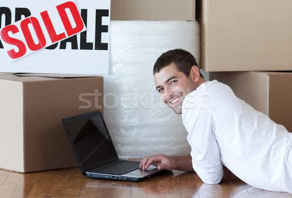 Adorável homem piso usando laptop casa feliz Foto stock © wavebreak_media