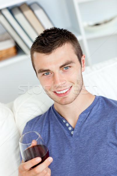 Charyzmatyczny młody człowiek szkła wina posiedzenia Zdjęcia stock © wavebreak_media