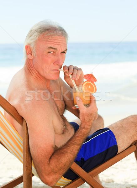Aposentados homem potável coquetel praia água Foto stock © wavebreak_media