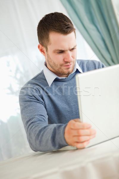 ストックフォト: 小さな · ビジネスマン · 読む · ノートパソコン · コンピュータ · 家