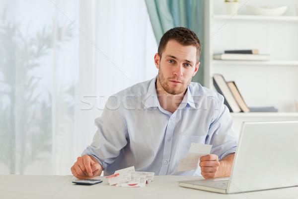 Fiatal üzletember számlák számítógép dolgozik pénzügy Stock fotó © wavebreak_media