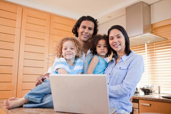 Gelukkig jonge familie laptop permanente keuken Stockfoto © wavebreak_media