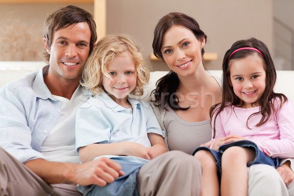 счастливая семья Смотря телевизор вместе гостиной семьи домой Сток-фото © wavebreak_media