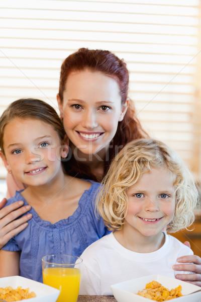 Moeder kinderen granen samen keuken voedsel Stockfoto © wavebreak_media