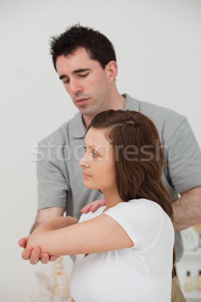 ストックフォト: 深刻 · ブルネット · 医師 · ストレッチング · 腕 · 女性