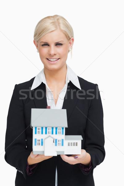 Glimlachend makelaar model huis witte Stockfoto © wavebreak_media