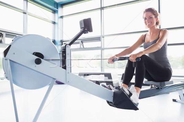 Kobieta szkolenia szczęśliwie rząd maszyny siłowni Zdjęcia stock © wavebreak_media
