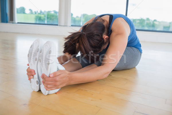 Femme assis vers l'avant pose de yoga fitness Photo stock © wavebreak_media