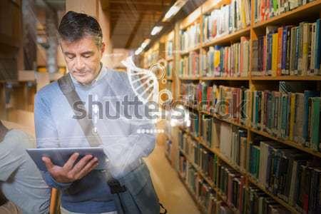 Homme tablettes bibliothèque éducation Photo stock © wavebreak_media