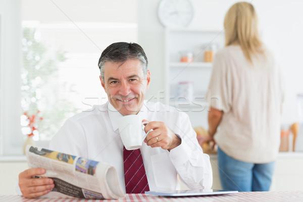 Hombre sesión mesa de cocina taza café Foto stock © wavebreak_media