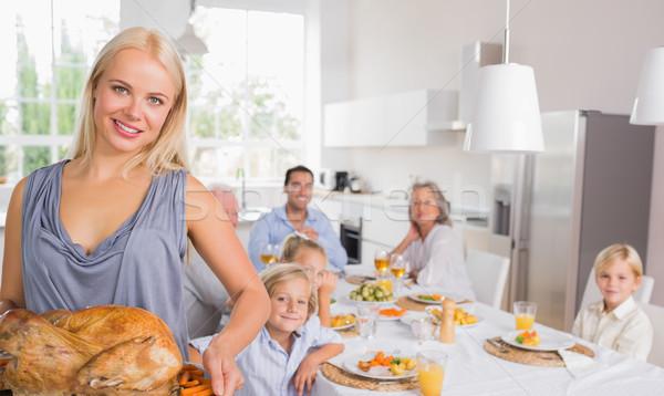 Blonde vrouw tonen Turkije familie achter huis Stockfoto © wavebreak_media