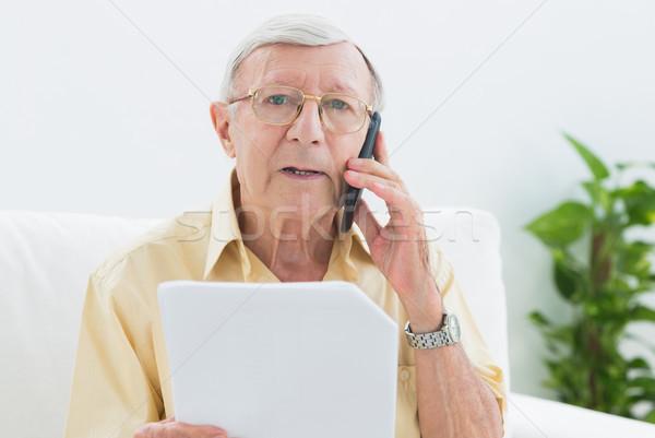 пожилого корма человека чтение документы телефон Сток-фото © wavebreak_media
