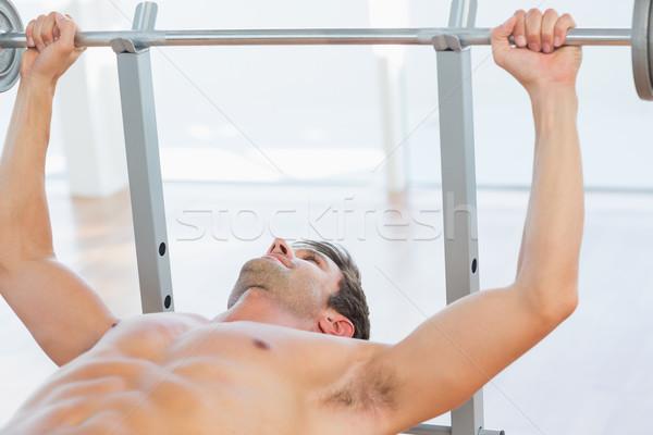 Sin camisa encajar hombre barra con pesas banco Foto stock © wavebreak_media