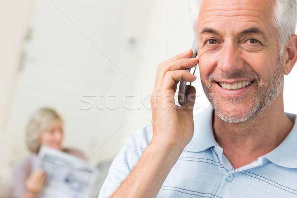 男 携帯電話 女性 読む 新聞 ホーム ストックフォト © wavebreak_media