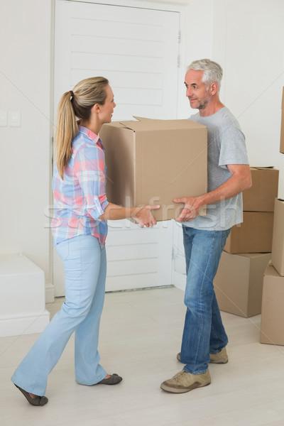 Heureux couple carton nouvelle maison Photo stock © wavebreak_media