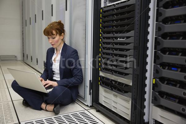 Technicus vergadering vloer naast server toren Stockfoto © wavebreak_media