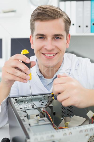 Computador engenheiro trabalhando quebrado dispositivo chave de fenda Foto stock © wavebreak_media