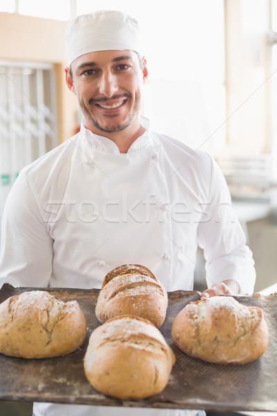 Heureux Baker plateau fraîches pain Photo stock © wavebreak_media