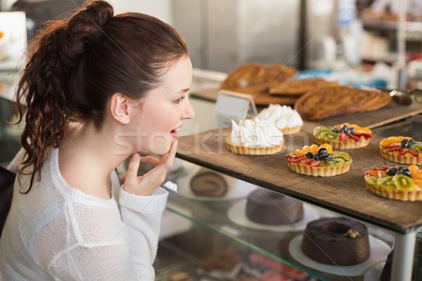 Bastante morena mirando negocios tienda adolescente Foto stock © wavebreak_media