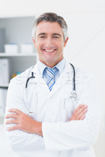 Médico los brazos cruzados clínica retrato hombre feliz Foto stock © wavebreak_media