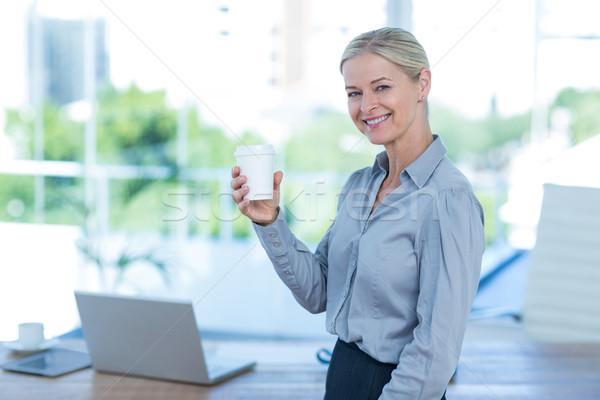 Sorridente empresária descartável copo escritório Foto stock © wavebreak_media