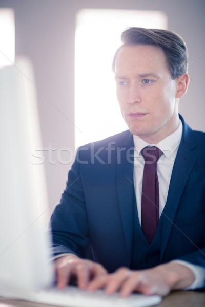 Ernstig zakenman typen computer kantoor man Stockfoto © wavebreak_media