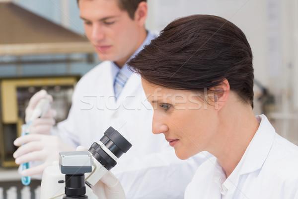рабочих микроскоп пробирку лаборатория женщину Сток-фото © wavebreak_media