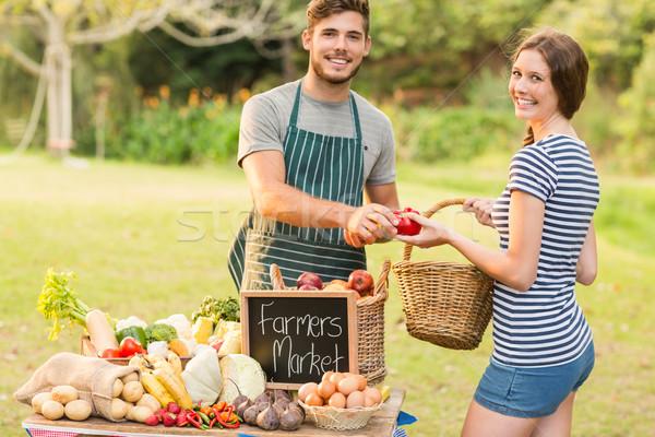 Brunette achat poivrons marché Photo stock © wavebreak_media